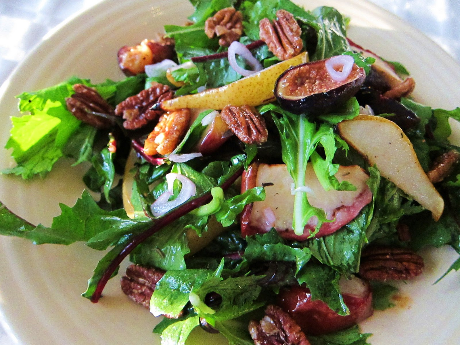 www.garlicrecipes.ca - Fig & Roasted Walnut Salad with Apple Cider ...