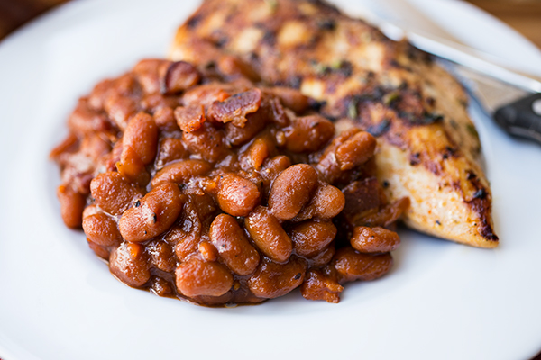 www.garlicrecipes.ca - Smokey Garlic Maple Baked Beans with Bacon